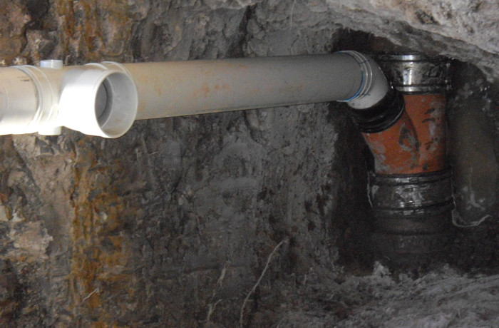 Sewer junction insertion in live sewer